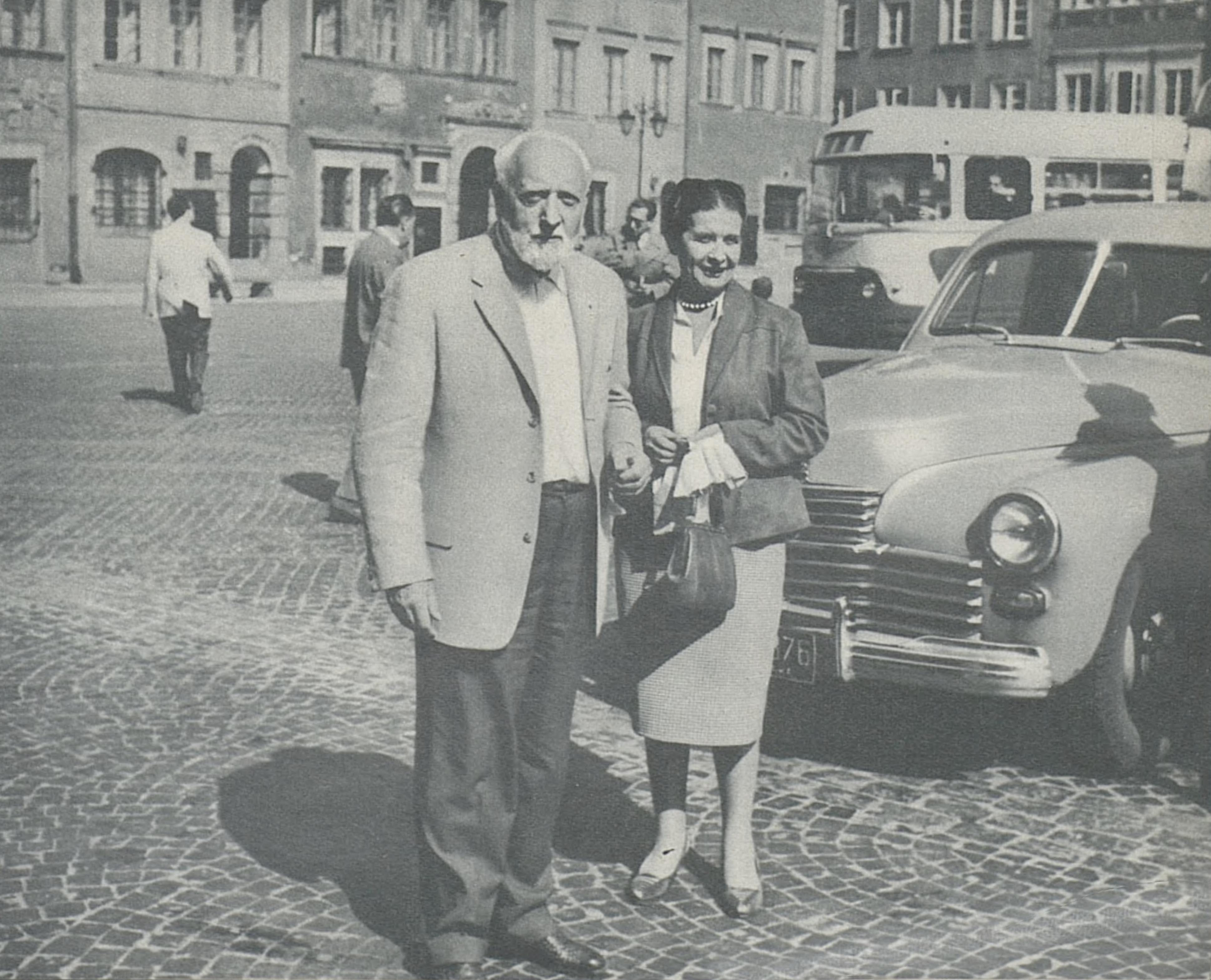 Ernest Ansermet et son épouse à Varsovie en 1959, vieille place du marché, photo Traversino, cliquer pour voir un agrandissement
