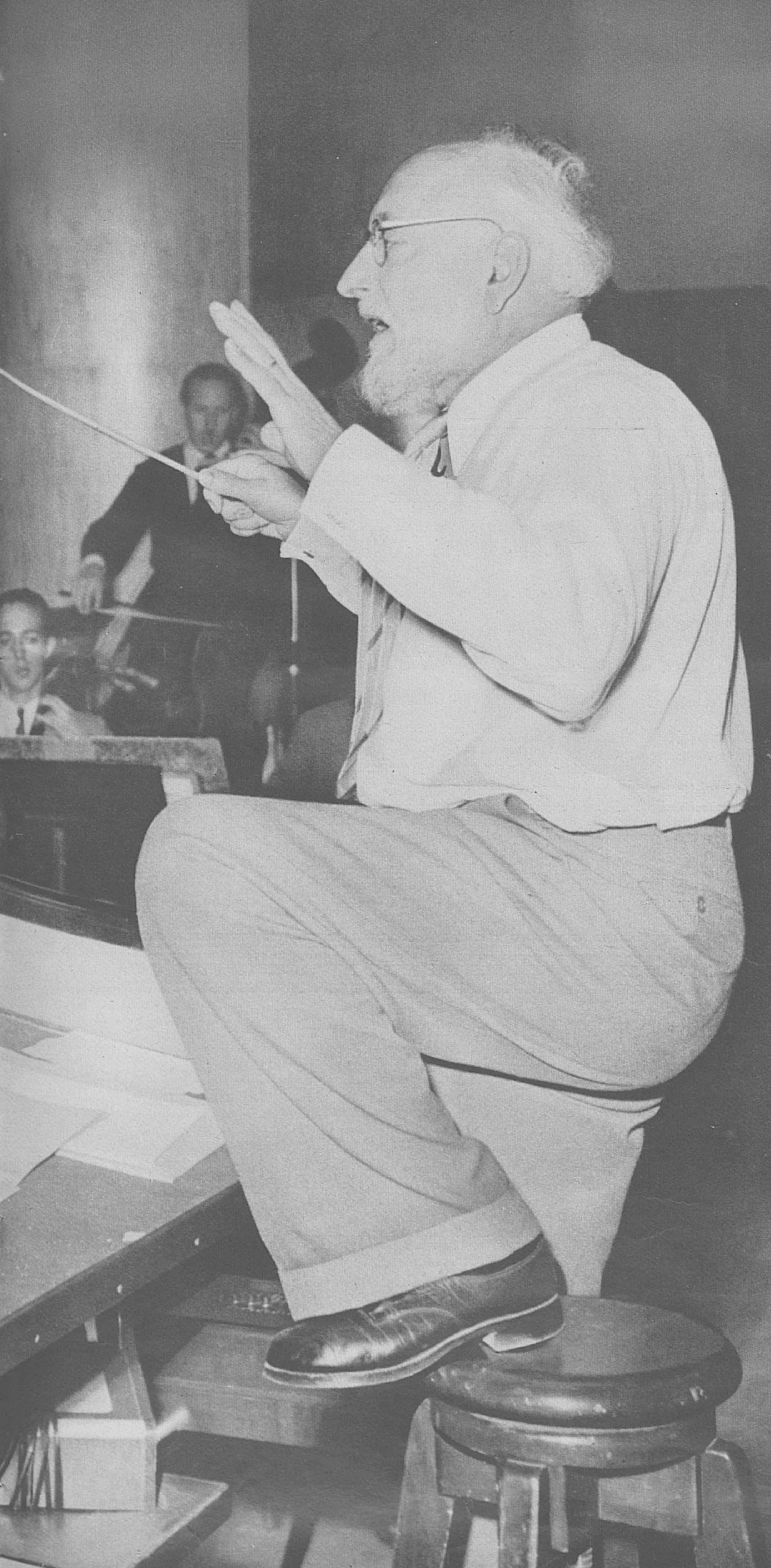 Ernest ANSERMET en répétition, env. 1950, une photo publiée entre autres dans la revue L'Illustré du 26 octobre 1950, No 43, en page 9, cliquer pour voir un agrandissement