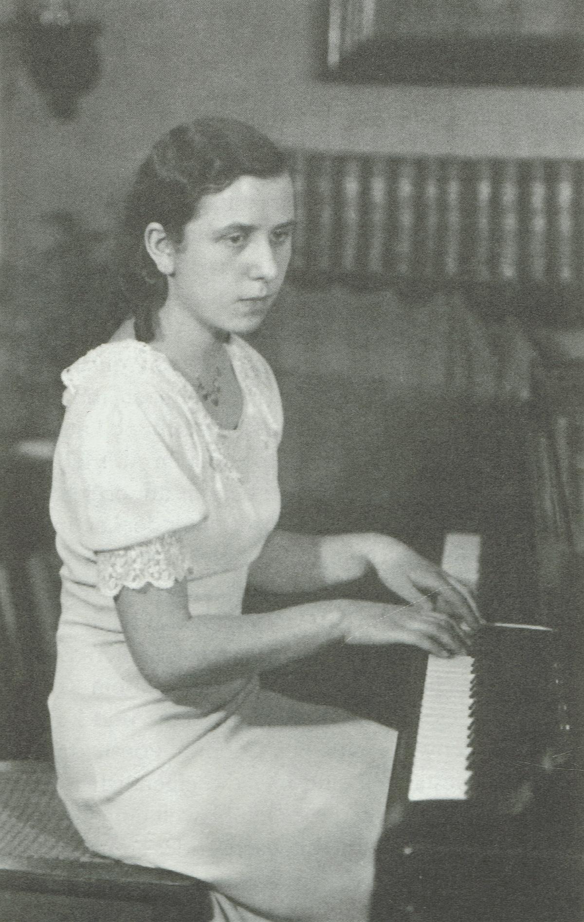 Maria Bergmann en 1936, une photo citée du livre «Ein Leben für Musik und Funk - Maria Bergmann erinnert sich» [Hrsg. von Ingeborg Schatz], Potsdam, Verlag für Berlin-Brandenburg, page 25 de la 2e édition de 1998, cliquer pour une vue agrandie et plus d'infos