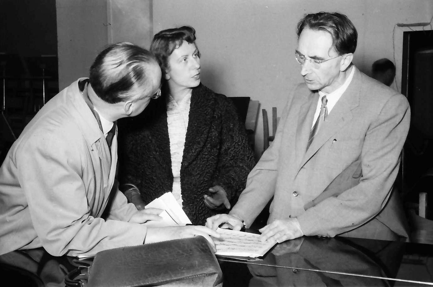 Maria Bergmann avec Dr. Krüttge de la NWDR et Hans Rosbaud,  17 octobre 1954, Donaueschinger Musiktage, photographe: Willy Pragher, Landesarchiv Baden-Württemberg, Staatsarchiv Freiburg, Signatur: W 134 Nr. 039523a, cliquer pour voir l'original et plus d'infos