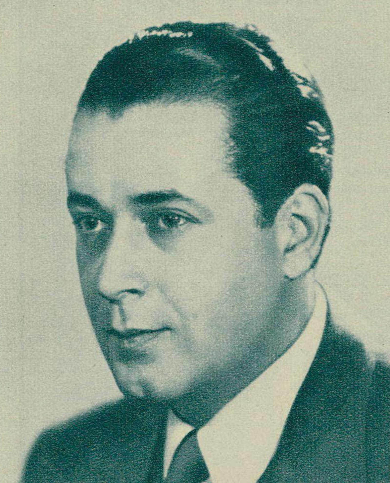 Roger Bourdin, un portrait fait par le Studio Intran de Paris, publié entre autres dans la revue Radio-Actualités du 12 octobre 1945, No 41, page 1287