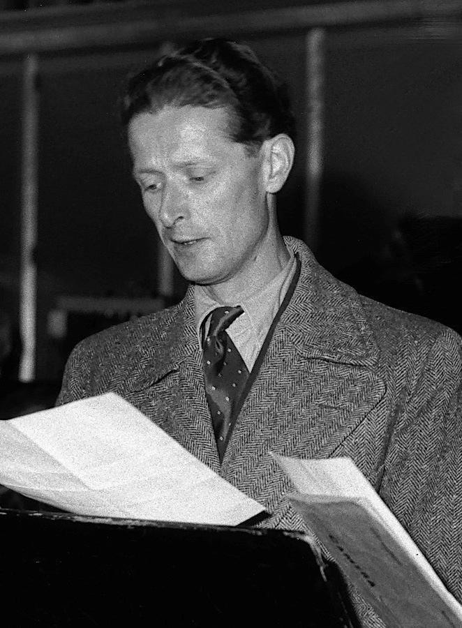 Hugues Cuénod en 1945 lors d'une répétition de Cité nouvelle de Gilles (Musée national suisse, Actualités suisses Lausanne), Cliquer sur la photo pour voir l'original