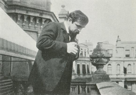 Claude DEBUSSY, 1904 en Angleterre, photographe inconnu,  publié notamment dans «DEBUSSY - Documents iconographiques», Pierre CAILLER, éditeur à Genève, 1952, Planche 111