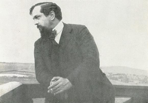 Claude DEBUSSY en 1904 à Pourville, photographe inconnu,  publié notamment dans «DEBUSSY - Documents iconographiques», Pierre CAILLER, éditeur à Genève, 1952, Planche 110