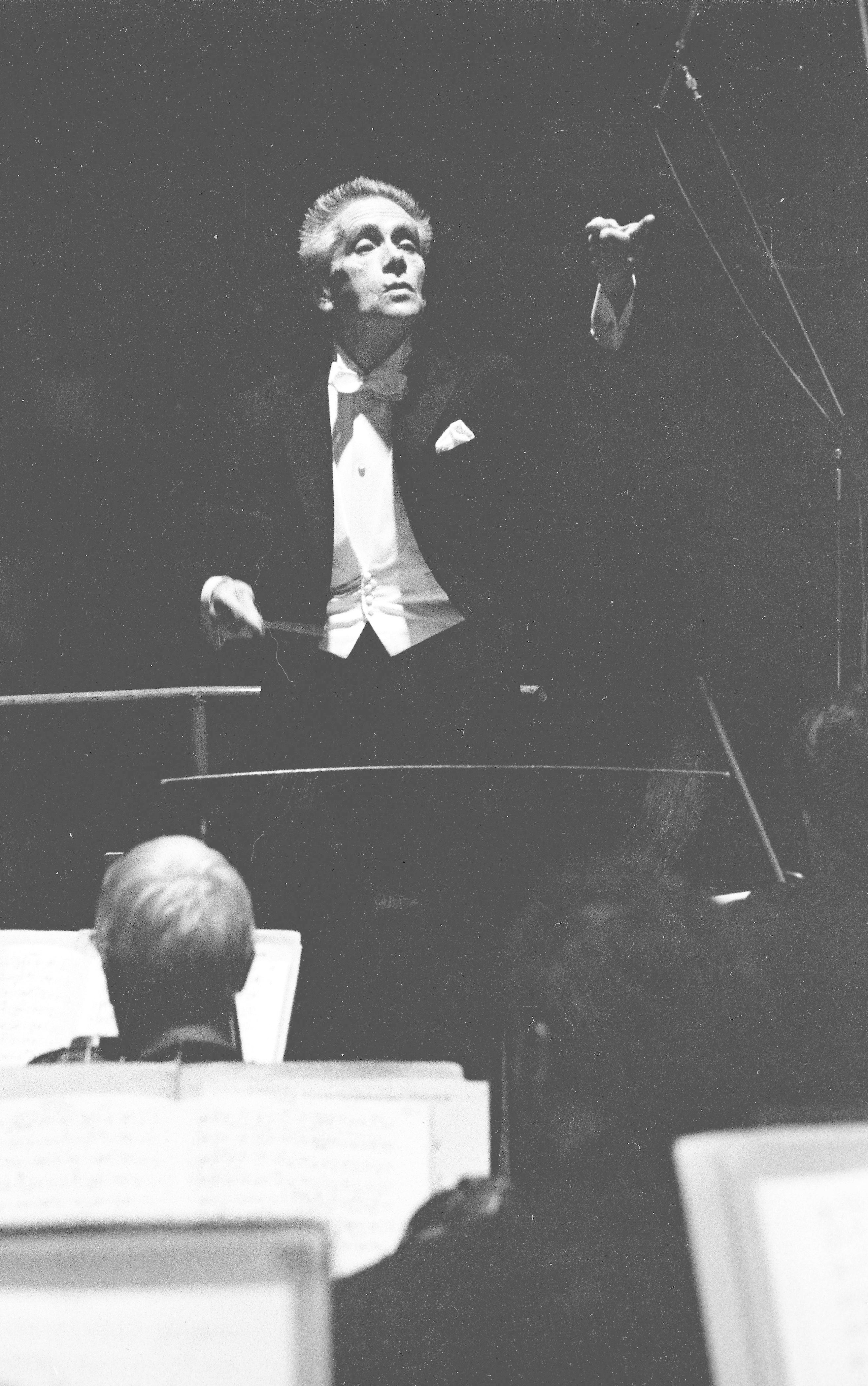 1964, Victor Desarzens dirigeant son Orchestre de Chambre de Lausanne. Extrait d'une photographie de Patrice Tourenne, Paris. Utilisée ici avec l'aimable autorisation de sa fille Martine Desarzens, tous droits réservés.