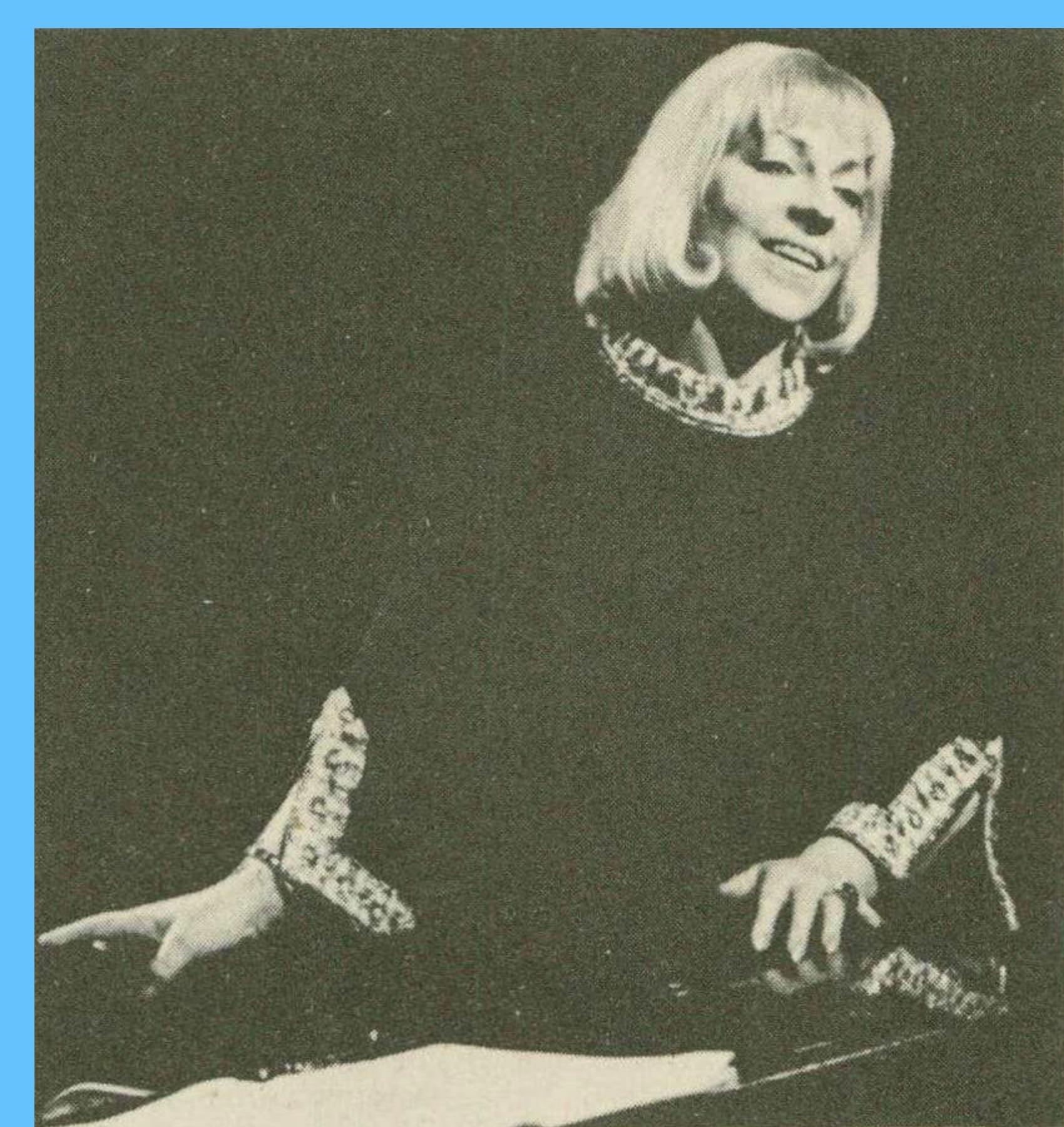 Lucienne Devallier chantant le «Frauenliebe und Leben» de Schumann, photo RTS publiée entre autres dans la revue Radio Je vois tout TV du 9 octobre 1969, No 41, Supplement page XVI