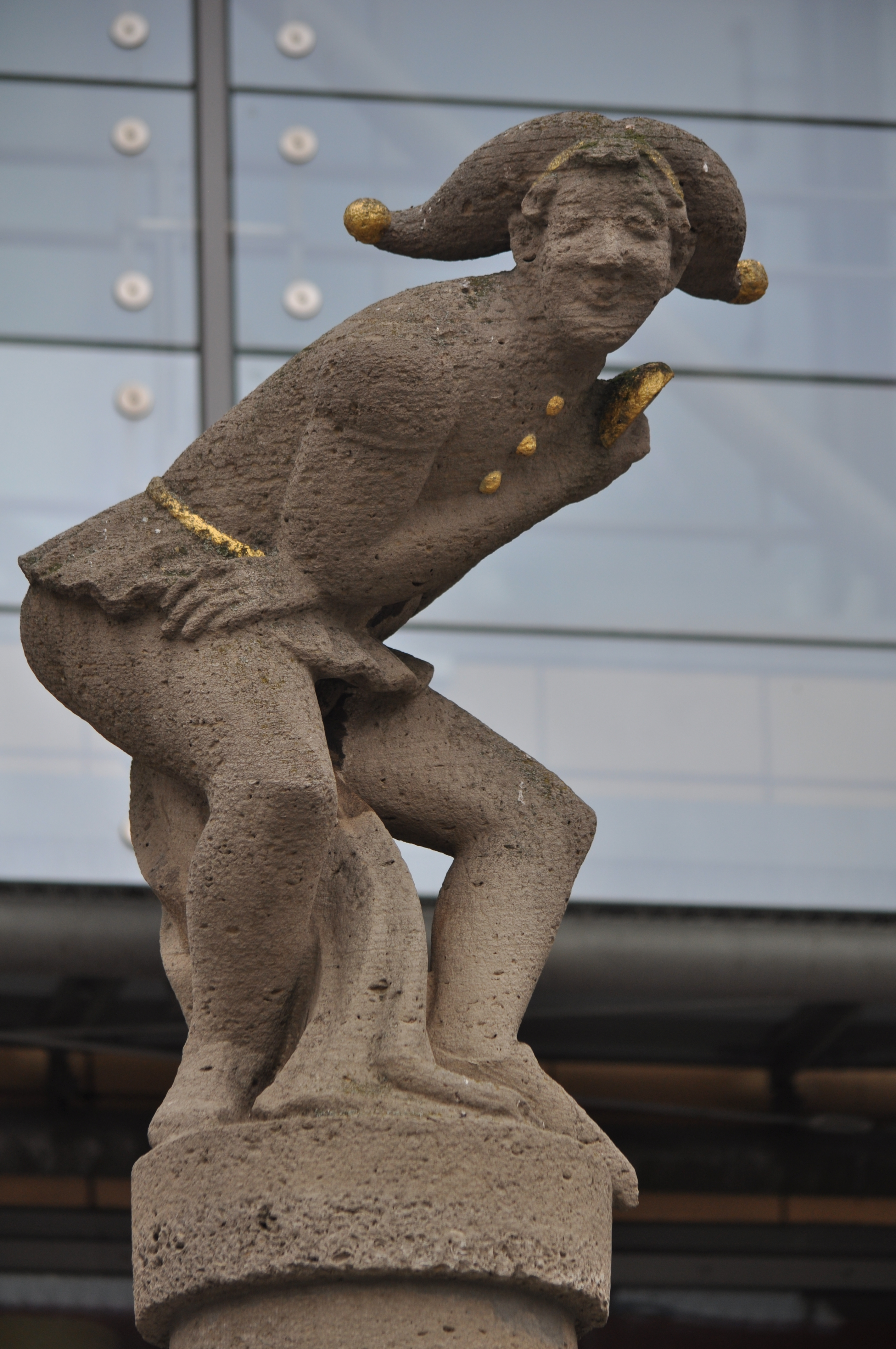 Statue auf dem Eulenspiegelbrunnen in Magdeburg-Altstadt, © Ajepbah / Wikimedia Commons / Lizenz: CC-BY-SA-3.0 DE, https://commons.wikimedia.org/wiki/File:Eulenspiegelbrunnen_(Magdeburg-Altstadt).ajb.jpg, Cliquer sur la photo pour une vue agrandie et quelques infos