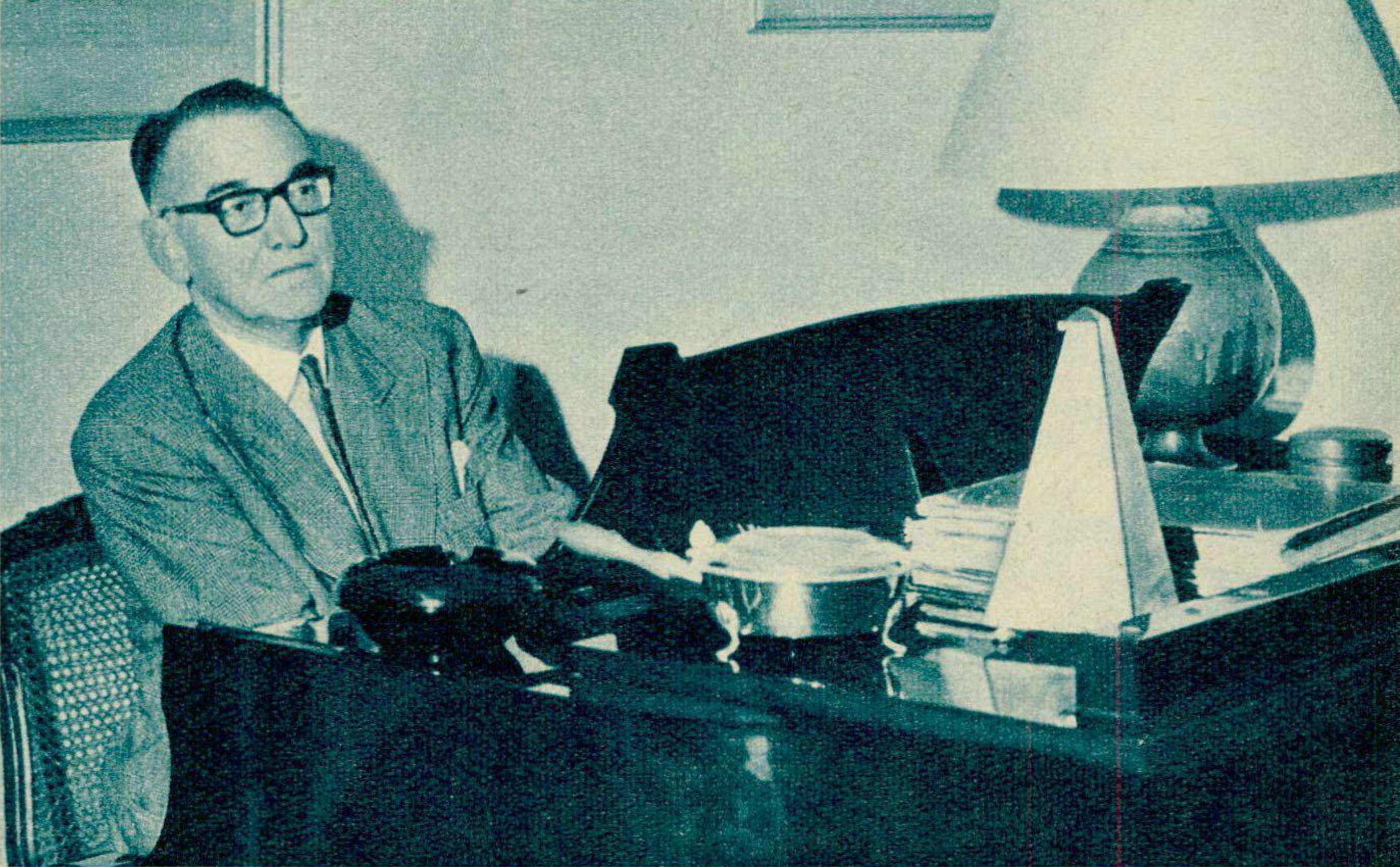 Jacques FÉVRIER au piano, une photo parue entre autres dans le Radio TV Je vois tout du 13 décembre 1962 en page 27