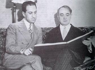 George Gershwin et Serge Koussevitsky en janvier 1932 avec la partition de la seconde rhapsodie