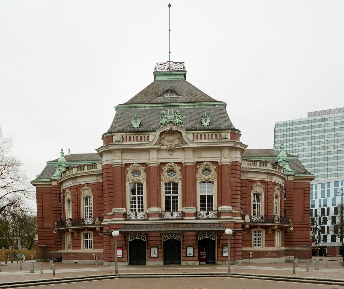 Vorderansicht der Laeiszhalle vom Johannes-Brahms-Platz aus gesehen (2018, rechts hinten das Emporio-Hochhaus), extrait d'une photo de Membeth, Wikipedia