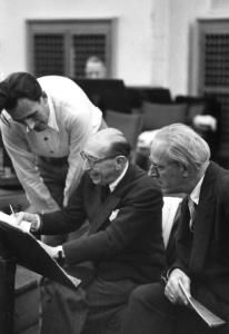 Jan KOETSIER avec Igor STRAWINSKY et Eugen JOCHUM en 1957, une photo citée de la page http://www.jan-koetsier.de/bio_lang.php, Cliquer sur la photo pour voir l'original et une biographie détaillée