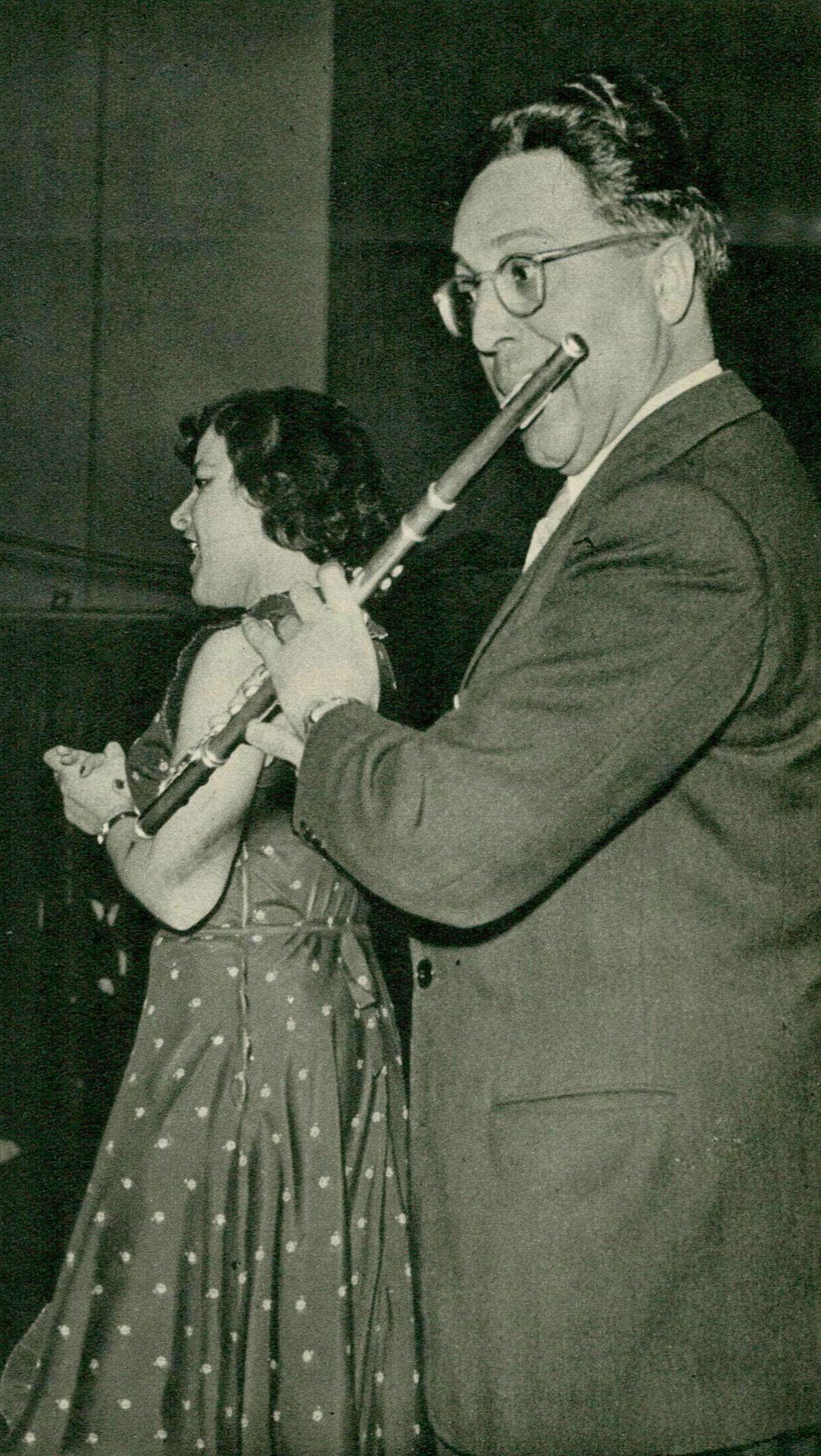 André PÉPIN accompagnant Magda FONAY, Grand Studio de Radio-Genève, 25 juin 1949, une photo publiée dans la revue Radio Actualités du 1er juillet 1949, No 26, en page 955, cliquer pour une vue agrandie