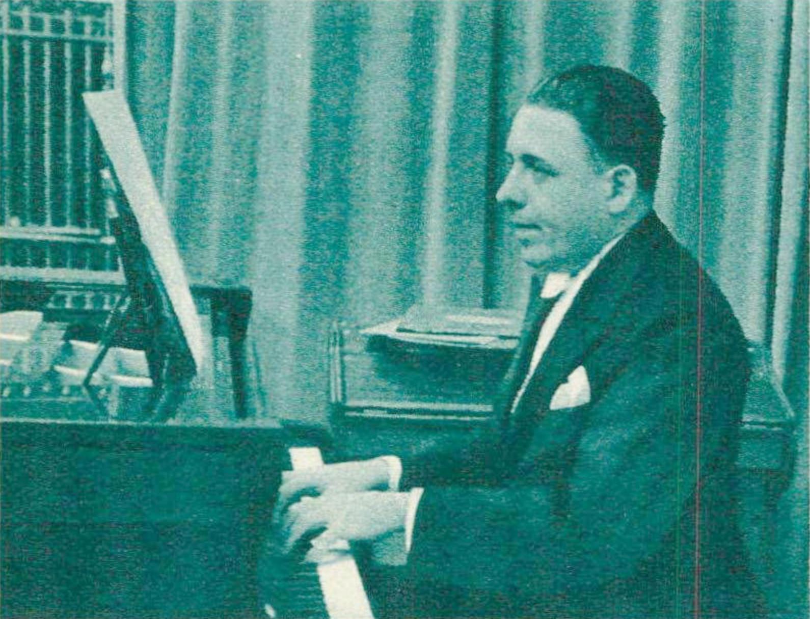 Francis POULENC en ??, D.R., photographié par Helios, lieu ??, une photo publiée entre autres dans Le Radio du 8 novembre 1935, No 657, page 2126