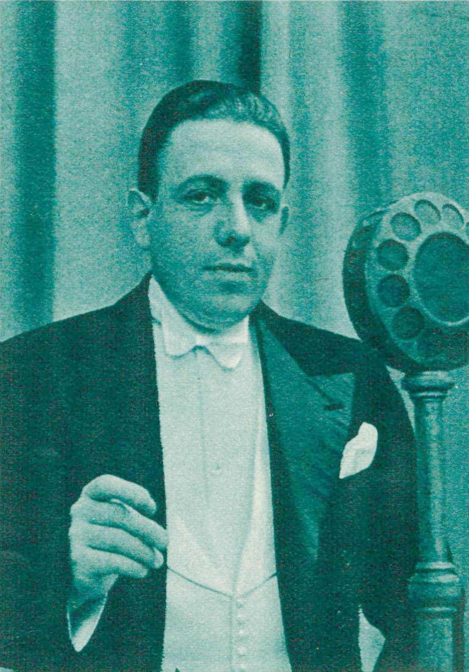 Francis POULENC en 1935, une photo parue entre autres dans la revue Le Radio du 8 novembre 1935 en page 2126