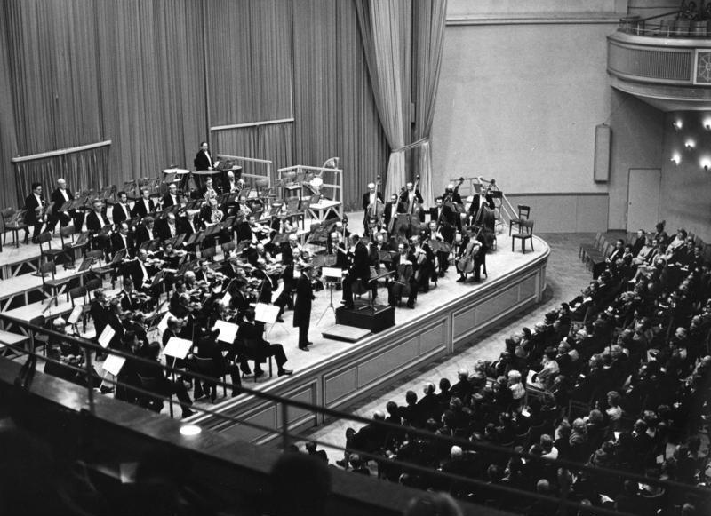 Le «Rundfunk-Sinfonie-Orchester Berlin» avec son chef titulaire Ferenc FRICSAY, 7 mai 1961, une photo de Rolf UNTERBERG citée de Wikipedia, provenant du «Deutsches Bundesarchiv»
