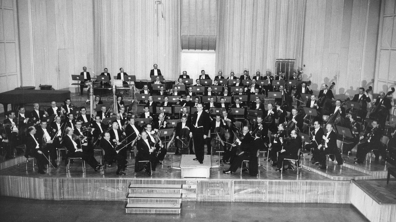 Le «Grand Orchestre de la Südwestfunk» avec son chef Hans ROSBAUD dans le «Musikstudio» de Baden-Baden