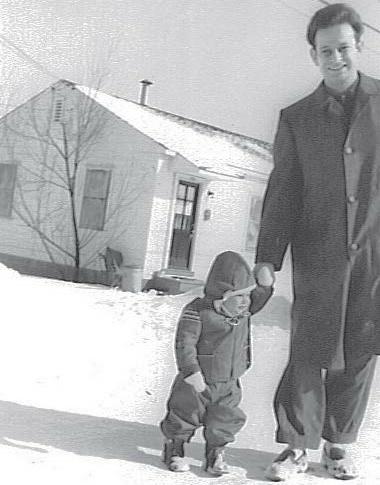 Laszlo Somogyi en 1961 avec son fils devant sa maison de la Rutgers University (université de l'État du New Jersey), une photo citée de son autobiographie «Fears and freedom - My life story» (publiée en 2013)